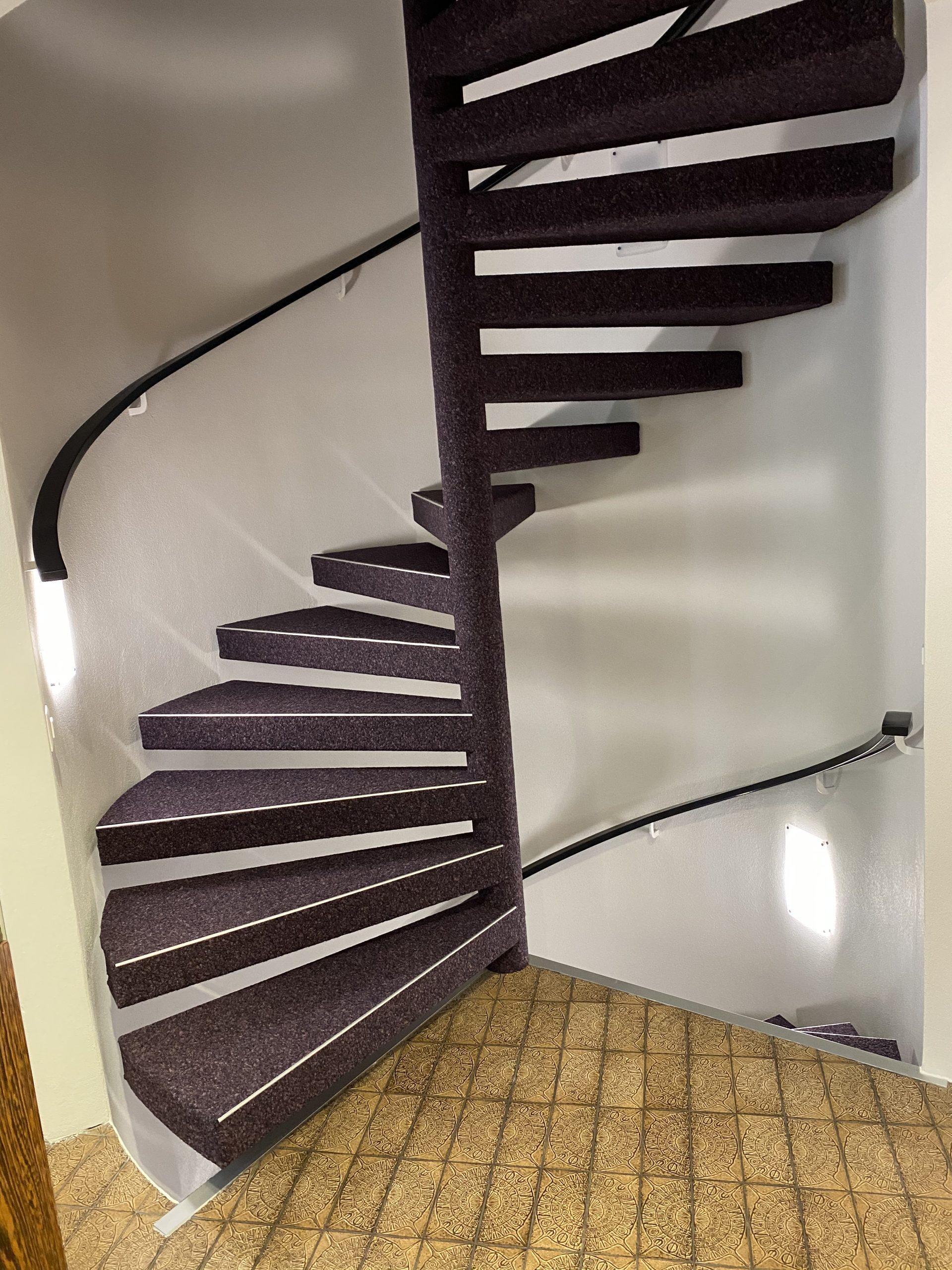 Barmetboden   Wendeltreppe komplett mit Teppich bezogen